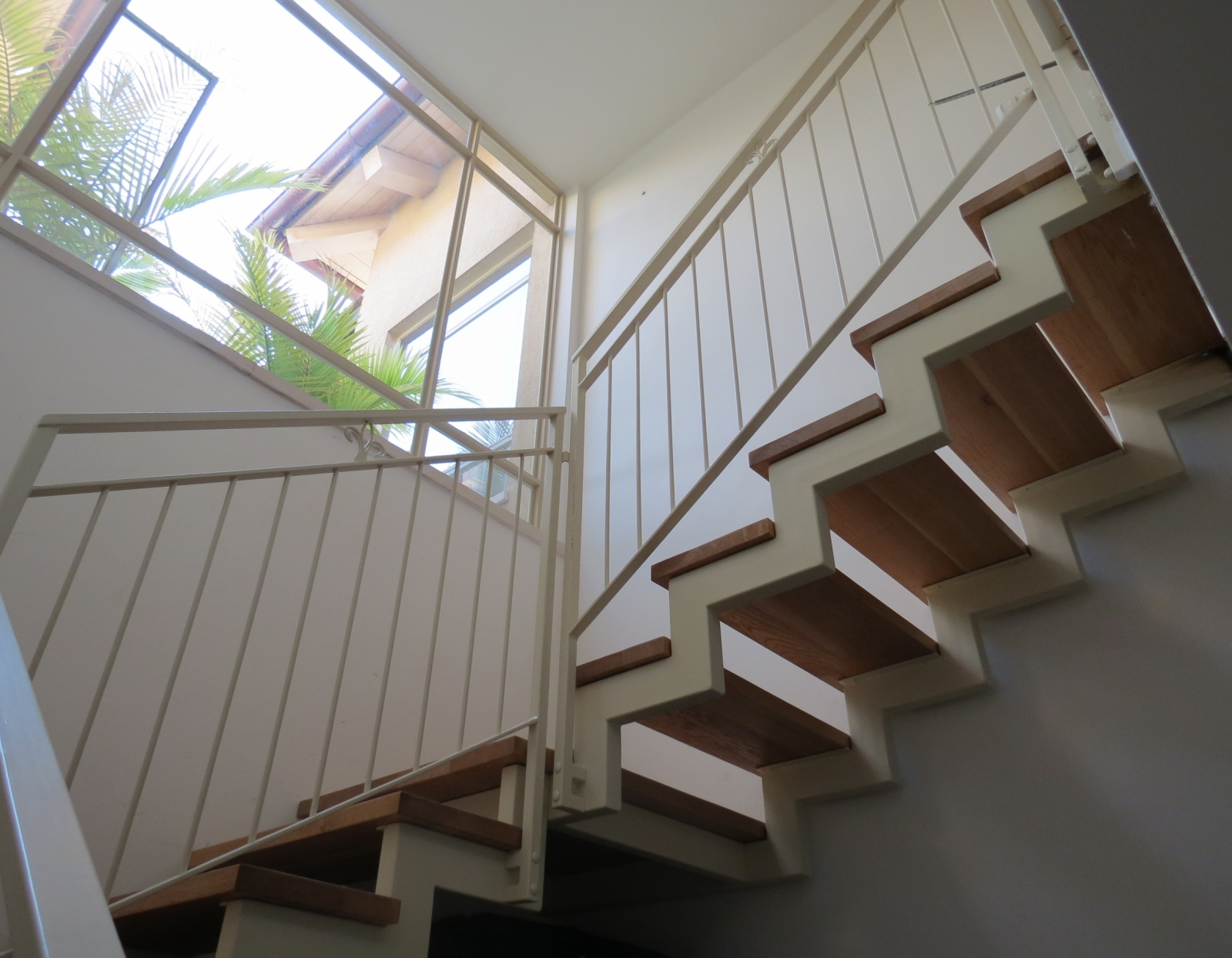 מדרגות מתכת עץ מלא איפאה מעוצבות